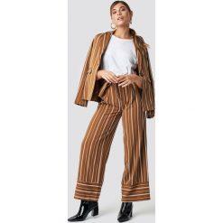 Spodnie damskie: NA-KD Classic Szerokie spodnie w paski - Brown