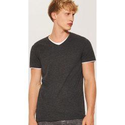 T-shirt z kontrastowym wykończeniem - Szary. Czarne t-shirty męskie marki House, l, z nadrukiem. Za 35,99 zł.