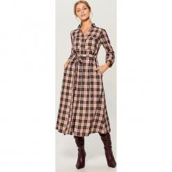 Koszulowa sukienka midi - Wielobarwn. Czerwone sukienki marki Mohito, l, w koronkowe wzory. Za 169,99 zł.
