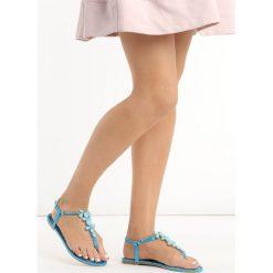 Niebieskie Sandały Ember. Niebieskie rzymianki damskie Born2be, z aplikacjami, z satyny, na płaskiej podeszwie. Za 49,99 zł.