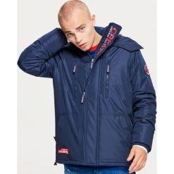 Przejściowa kurtka z kapturem - Granatowy. Niebieskie kurtki męskie przejściowe Cropp, l, z kapturem. Za 249,99 zł.