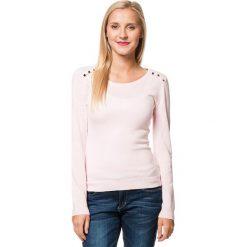 Sweter w kolorze jasnoróżowym. Czerwone swetry klasyczne damskie marki William de Faye, z kaszmiru, z okrągłym kołnierzem. W wyprzedaży za 136,95 zł.
