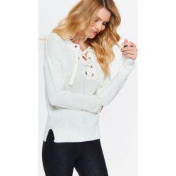 Swetry klasyczne damskie: SWETER DAMSKI Z OZDOBNYM WIĄZANIEM