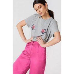 T-shirty damskie: NA-KD T-shirt z haftowanymi kwiatami Peony - Grey