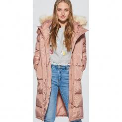 Pikowany płaszcz z kapturem - Różowy. Czerwone płaszcze damskie marki Cropp, l. W wyprzedaży za 239,99 zł.