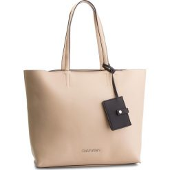 Torebka CALVIN KLEIN - Tack Shopper K60K604833 Light Sand 638. Brązowe shopper bag damskie marki Calvin Klein, ze skóry ekologicznej, duże. Za 649,00 zł.