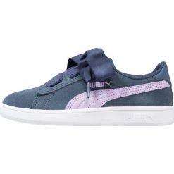 Puma SMASH V2 RIBBON AC PS Tenisówki i Trampki sargasso sea/purple rose. Niebieskie trampki dziewczęce marki Puma, z gumy. Za 169,00 zł.