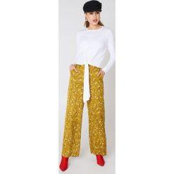 Swetry klasyczne damskie: NA-KD Dzianinowy sweter z wiązaniem – Offwhite