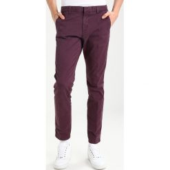 Spodnie męskie: Calvin Klein PARKER REFINED Chinosy purple