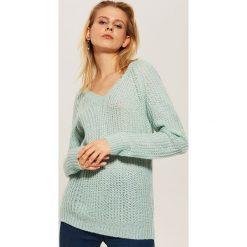 Sweter z dekoltem w serek - Zielony. Zielone swetry klasyczne damskie marki House, l, z dekoltem w serek. Za 59,99 zł.