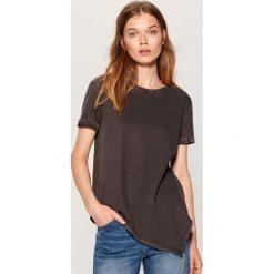 Bawełniana koszulka z asymetrycznym dołem - Czarny. Szare t-shirty damskie marki Mohito, l, z asymetrycznym kołnierzem. Za 49,99 zł.