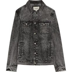 Czarna kurtka jeansowa z efektem sprania. Czarne kurtki męskie jeansowe Pull&Bear, m. Za 62,90 zł.