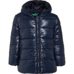 Benetton Płaszcz zimowy dark blue. Niebieskie kurtki chłopięce marki Benetton, na zimę, z materiału. W wyprzedaży za 135,20 zł.
