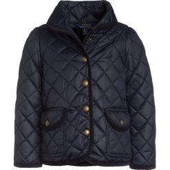 Polo Ralph Lauren BARN JACKET OUTERWEAR Kurtka zimowa collection navy. Niebieskie kurtki dziewczęce Polo Ralph Lauren, na zimę, z materiału. W wyprzedaży za 463,20 zł.