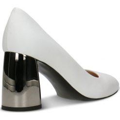 Czółenka HARUMI. Białe buty ślubne damskie Gino Rossi, ze skóry, na słupku. Za 199,90 zł.