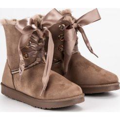 WIĄZANE ŚNIEGOWCE. Białe buty zimowe damskie marki KYLIE. Za 89,90 zł.