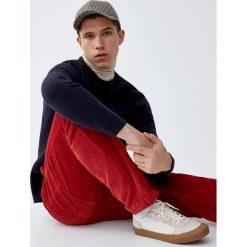Sweter wykonany podwójnym ściegiem. Brązowe swetry klasyczne męskie Pull&Bear, m, z podwójnym kołnierzykiem. Za 109,00 zł.