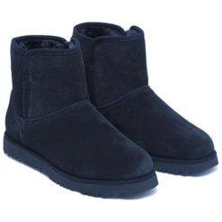 Skórzane botki w kolorze ciemnoniebieskim. Niebieskie buty zimowe damskie Carla Samuel, na zimę. W wyprzedaży za 269,95 zł.