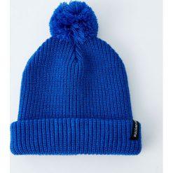 Dzianinowa czapka z pomponem w jaskrawym kolorze. Niebieskie czapki męskie Pull&Bear, z dzianiny. Za 59,90 zł.
