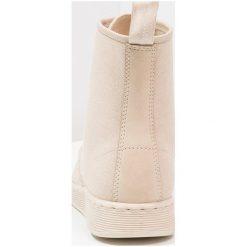 Botki męskie: Dr. Martens NEWTON BOOT Botki sznurowane sand