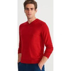 Sweter z wełny merynosa - Czerwony. Czerwone swetry klasyczne męskie marki Andrew James, l, z kaszmiru, z dekoltem w serek. Za 129,99 zł.