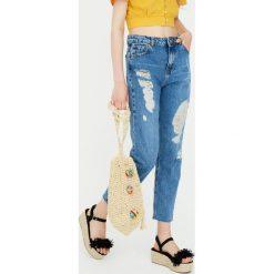 Jeansy mom fit z efektem zużycia. Niebieskie jeansy damskie relaxed fit Pull&Bear. Za 139,00 zł.