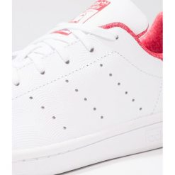 Adidas Originals STAN SMITH Tenisówki i Trampki footwear white/scarlet. Białe trampki chłopięce marki adidas Originals, z materiału. Za 279,00 zł.