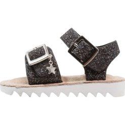 Next GLITTER SPORTY YOUNGER GIRLS Sandały black. Czarne sandały chłopięce marki Next, z materiału. Za 139,00 zł.