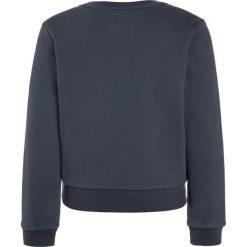 American Outfitters CNECK DEER Bluza  stone blue. Niebieskie bluzy chłopięce marki American Outfitters, z bawełny. W wyprzedaży za 159,50 zł.