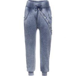 """Spodnie dresowe damskie: Spodnie dresowe z długą plisą guzikową bonprix indygo """"oil wash"""""""