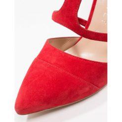 Mint Velvet LEONI Szpilki red. Czerwone szpilki Mint Velvet, z materiału. W wyprzedaży za 599,20 zł.