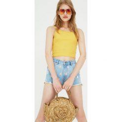 Jeansowe spodenki mom fit w stokrotki. Szare bermudy damskie Pull&Bear, z jeansu. Za 59,90 zł.