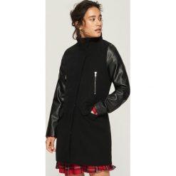 Płaszcz z rękawami z ekologicznej skóry - Czarny. Czarne płaszcze damskie Sinsay, l, ze skóry. W wyprzedaży za 139,99 zł.