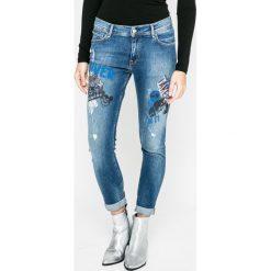 Pepe Jeans - Jeansy. Niebieskie boyfriendy damskie Pepe Jeans, z aplikacjami, z bawełny. W wyprzedaży za 239,90 zł.