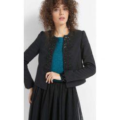 Pudełkowy żakiet z haftem. Czarne marynarki i żakiety damskie Orsay, z haftami, z bawełny. W wyprzedaży za 140,00 zł.