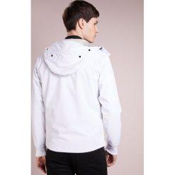 C.P. Company SOFTSHELL HOODED GOGGLES Kurtka wiosenna offwhite. Białe kurtki softshell męskie marki C.P. Company, m, z elastanu. W wyprzedaży za 785,40 zł.