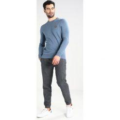 Swetry klasyczne męskie: Lyle & Scott CREW Sweter light blue