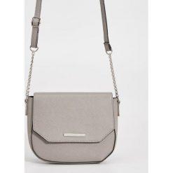 Torebki klasyczne damskie: Mała torebka na łańcuszku – Jasny szar