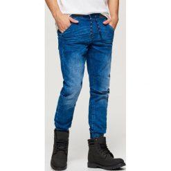Jeansy SLIM JOGGER - Niebieski. Niebieskie jeansy męskie slim Cropp. Za 119,99 zł.