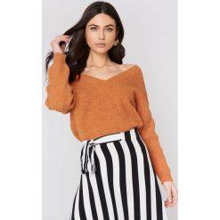 Swetry oversize damskie: NA-KD Sweter z dekoltem V - Orange