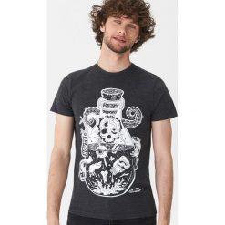 T-shirt z nadrukiem - Szary. Szare t-shirty męskie z nadrukiem marki House, l. Za 39,99 zł.