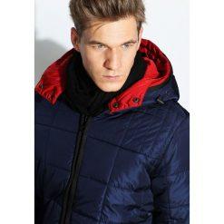 Granatowa Kurtka Reddnes. Czarne kurtki męskie pikowane marki Born2be, m, z nadrukiem, z dresówki, z kapturem. Za 169,99 zł.