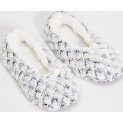 Kapcie damskie: Puchowe slippersy – Jasny szar