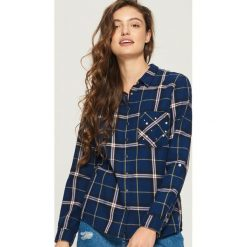 Koszula z aplikacją na kieszeni - Granatowy. Niebieskie koszule damskie Sinsay, l, z aplikacjami. W wyprzedaży za 39,99 zł.
