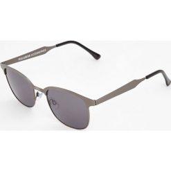 Okulary przeciwsłoneczne w metalowej oprawce. Szare okulary przeciwsłoneczne męskie wayfarery Pull&Bear. Za 59,90 zł.