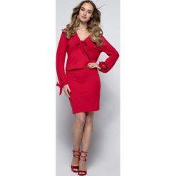 Czerwona Sukienka Casual z Wiązaniami przy Dekolcie i Rękawach. Czerwone sukienki balowe Molly.pl, na co dzień, xl, z dzianiny, z klasycznym kołnierzykiem. W wyprzedaży za 111,93 zł.