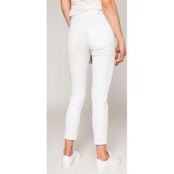 Diesel - Jeansy Babhila. Białe jeansy damskie Diesel, z bawełny. W wyprzedaży za 499,90 zł.