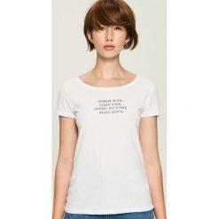 Bawełniany t-shirt z napisem - Biały. Białe t-shirty damskie marki Sinsay, l, z napisami. Za 19,99 zł.