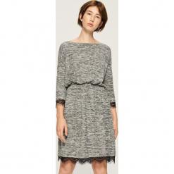 Dzianinowa sukienka z koronką - Jasny szar. Szare sukienki dzianinowe Sinsay, l, w koronkowe wzory. Za 69,99 zł.