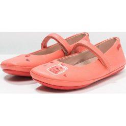 Camper TWINS Baleriny z zapięciem medium pink. Czerwone baleriny damskie Camper, z materiału. Za 339,00 zł.